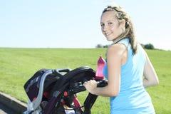 Młoda kobieta stażowy drogowy uśmiech Zdjęcie Stock
