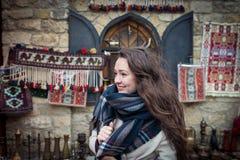 Młoda kobieta stojaki blisko pięknej gabloty wystawowej na wschodnim rynku zdjęcia royalty free