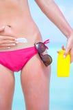 Młoda kobieta stosuje żołądek z sunscreen dalej Zdjęcia Stock