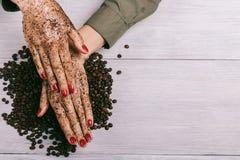 Młoda kobieta stosuje kawową pętaczkę na rękach zdjęcie royalty free