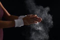 Młoda kobieta stosuje kreda proszek na rękach obrazy royalty free