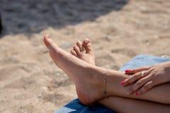 Młoda kobieta sunbathing na lounger fotografia stock