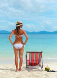 Młoda kobieta sunbathing na tropikalnej plaży w kapeluszu Zdjęcie Royalty Free