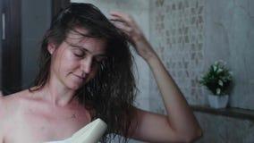 Młoda kobieta suszy jej włosy z włosianą suszarką Portret strzelaj?cy w lustrzanym odbiciu zbiory wideo