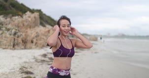 Młoda kobieta szczęśliwa po jogging na plaży przy chmurną pogodą przydatność swobodny ruch zbiory