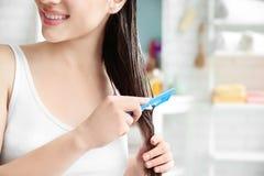 Młoda kobieta szczotkuje włosy po stosować maskę obrazy royalty free