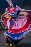 Młoda kobieta tancerz od Costa Rica w tradycyjnym kostiumu zdjęcie royalty free