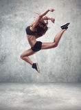 Młoda kobieta tancerz z grunge ściany tłem Obraz Royalty Free