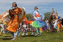 Młoda kobieta tancerze 49th roczny Zlany plemienia Pow no! no! fotografia stock