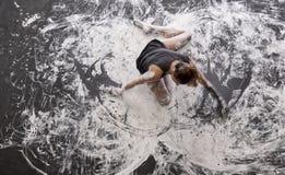 Młoda kobieta tanczy na podłodze elegancko dekoracyjnej, w szarym i białym kolorze Kreatywnie, ekspresyjna, abstrakcjonistyczna e zdjęcia royalty free