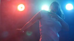 Młoda kobieta taniec w dyskoteka koloru świetle zdjęcie wideo