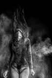 Młoda kobieta taniec w mąki chmurze Fotografia Royalty Free