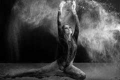 Młoda kobieta taniec w mąki chmurze Obraz Stock