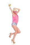 Młoda kobieta taniec z napojem Obrazy Stock