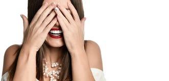 Młoda kobieta target66_1_ jej oczy z jej rękami zdjęcia royalty free