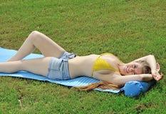 Młoda kobieta target1154_0_ lato - obrazy stock