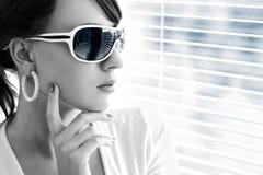 Młoda kobieta target274_0_ okulary przeciwsłoneczne Obrazy Stock
