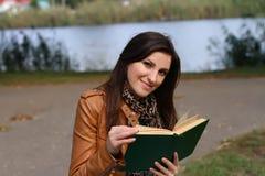 Młoda kobieta target358_1_ książkę Obrazy Stock