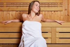 Młoda kobieta target728_0_ w sauna Obrazy Stock