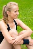 Młoda kobieta target817_0_ po treningu na gazonie Zdjęcia Stock