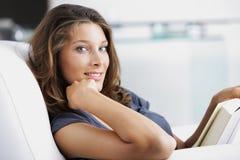 Młoda kobieta target847_1_ książkę obraz stock