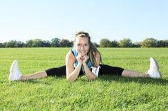 Młoda kobieta trenuje perfect rozciąganie Zdjęcie Royalty Free