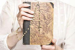 Młoda kobieta trzyma Świętą biblię różana i Fotografia Royalty Free