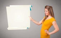 Młoda kobieta trzyma białą origami papierowej kopii przestrzeń Fotografia Royalty Free