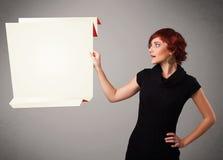 Młoda kobieta trzyma białą origami papierowej kopii przestrzeń Obraz Stock