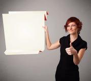 Młoda kobieta trzyma białą origami papierowej kopii przestrzeń Zdjęcia Stock