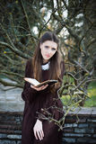 Młoda kobieta trzyma biblię Obrazy Royalty Free