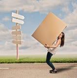 Młoda kobieta trzyma cardbox obraz stock