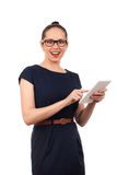 Młoda kobieta trzyma cyfrową pastylkę Zdjęcie Stock