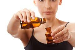 Młoda kobieta trzyma dwa butelki medycyna zdjęcia stock