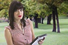 Młoda kobieta trzyma elektroniczną pastylkę obraz stock