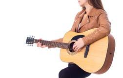 Młoda kobieta trzyma gitarę Fotografia Stock