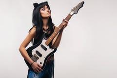 Młoda kobieta trzyma gitarę elektryczną zdjęcia stock