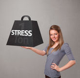 Młoda kobieta trzyma jeden tonę stresu ciężar Obrazy Stock
