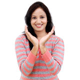 Młoda kobieta trzyma jej rękę pokazuje coś Obrazy Stock