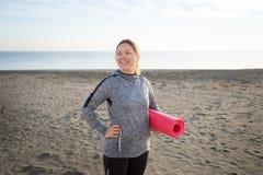Młoda Kobieta Trzyma joga matę Outdoors fotografia stock