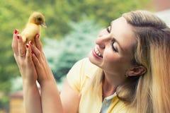 Młoda kobieta, trzyma małego kaczątka fotografia stock