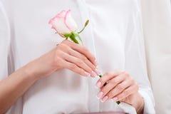Młoda kobieta trzyma pięknej menchii róży Fotografia Royalty Free
