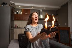 M?oda kobieta trzyma portfel, portfel na ogieniu, zdziwiona dziewczyna, magiczna poj?cie ostro??, portfel pali ogienia obrazy royalty free