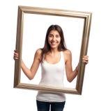 Młoda kobieta trzyma ramę obrazy stock