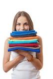 Młoda kobieta trzyma stos odziewa obrazy royalty free