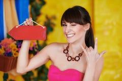 Młoda kobieta trzyma strzałkowatego znaka Obrazy Royalty Free