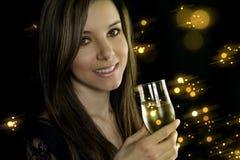 Młoda kobieta trzyma szampańskiego flet obrazy royalty free