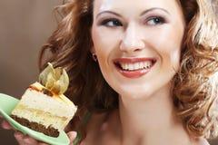 Młoda kobieta trzyma up wyśmienicie kawałek tort Obraz Royalty Free