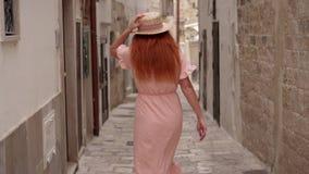 Młoda kobieta turysta chodzi przez ulic stary miasto w Włochy, tylni widok zbiory