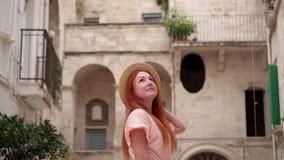 Młoda kobieta turysta egzamininuje architekturę ulicy w starym Europejskim mieście zbiory wideo